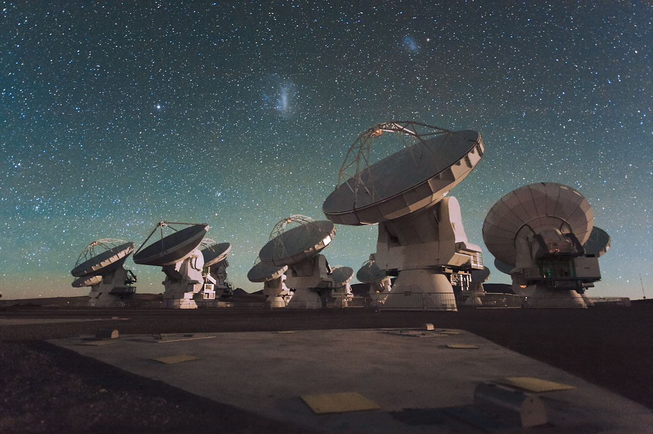 الصفيفة التلسكوبية آتاكاما الميليمترية/دون الميليمترية (ALMA) خلال الليل، وتحت سحب ماجلان