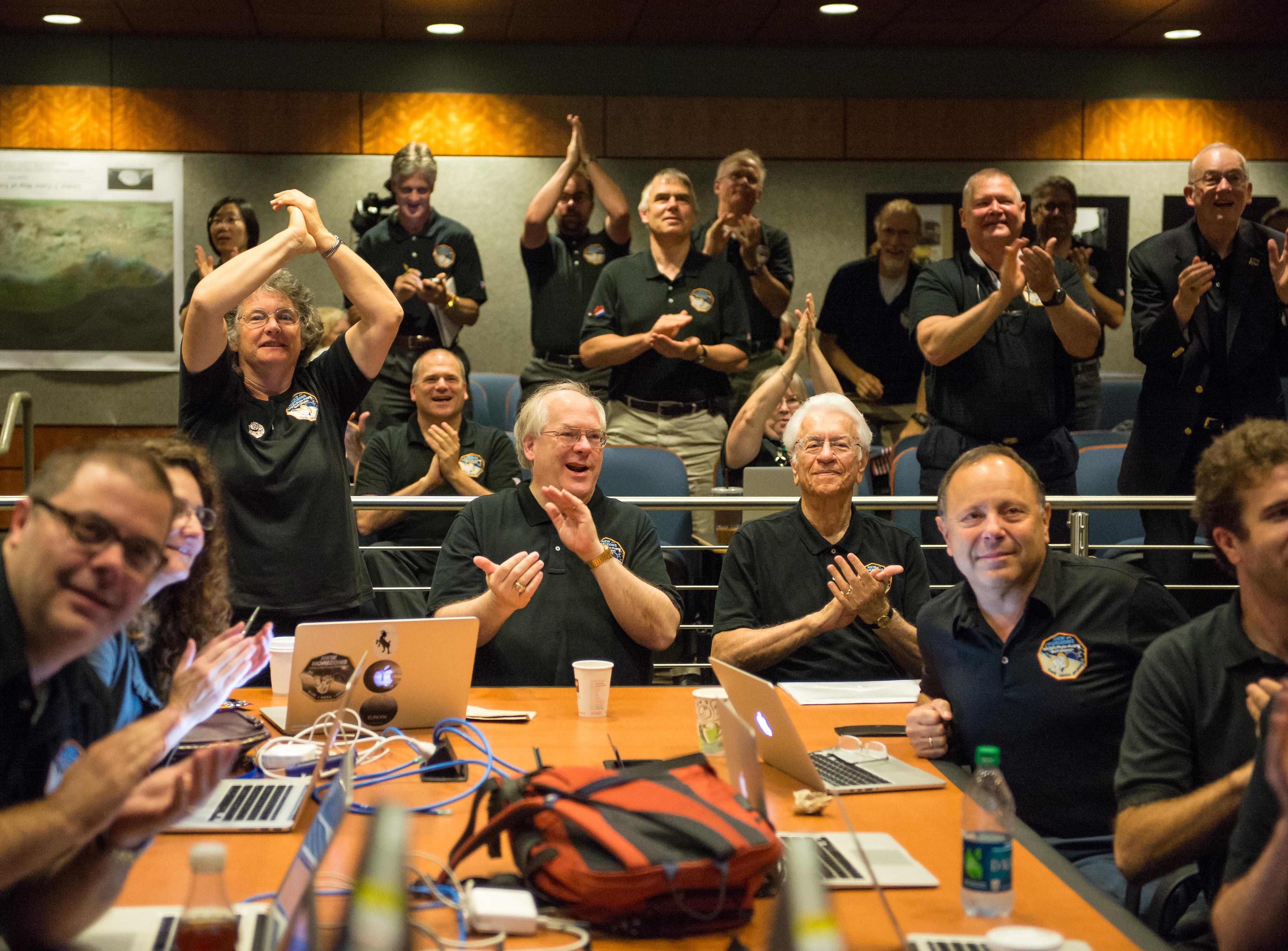 أعضاء فريق نيو هورايزنز يحتفلون بآخر الصور المرسلة من المركبة الفضائية