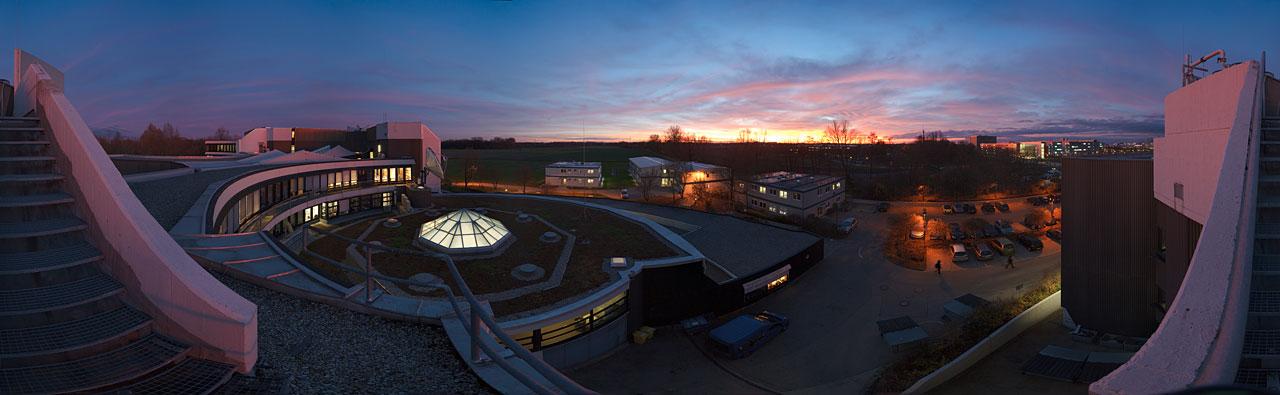 مقر المرصد الأوروبي الجنوبي الرئيسي عند غروب الشمس
