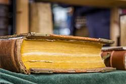 لماذا تتحول صفحات الكتب إلى اللون الأصفر مع مرور الوقت؟