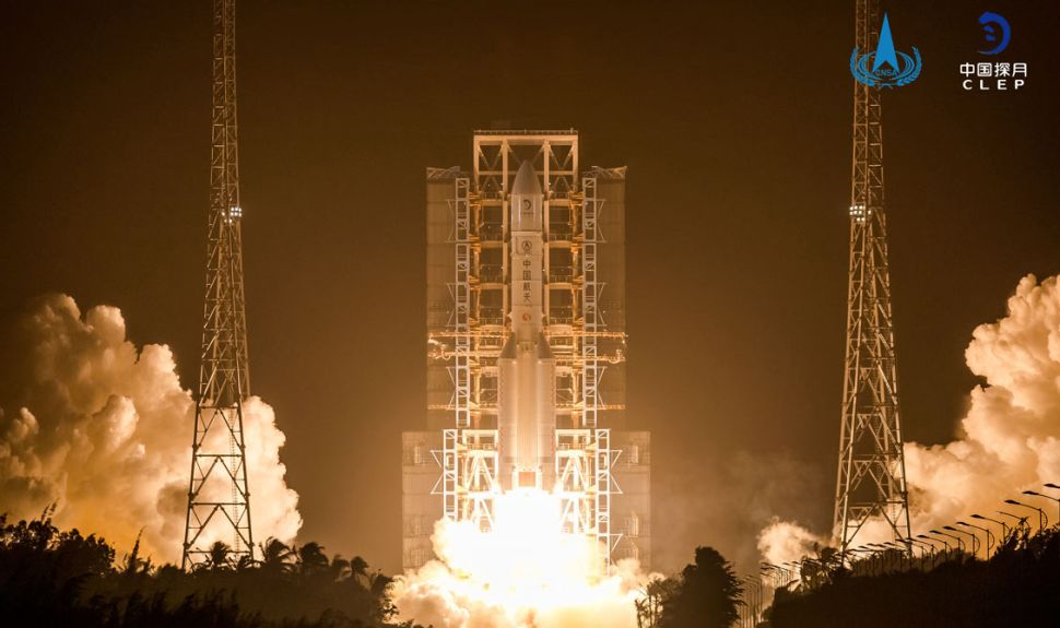 الصين تنجح بإطلاق مهمة تشانغ آه 5 لإرجاع عينات قمرية لأول مرةٍ منذ عام 1976