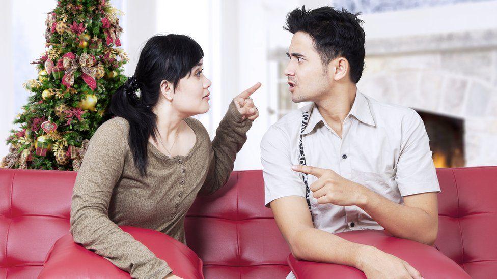 كيف يجب أن تتحدث مع الأصدقاء والأقارب الذين يؤمنون بنظريات المؤامرة؟