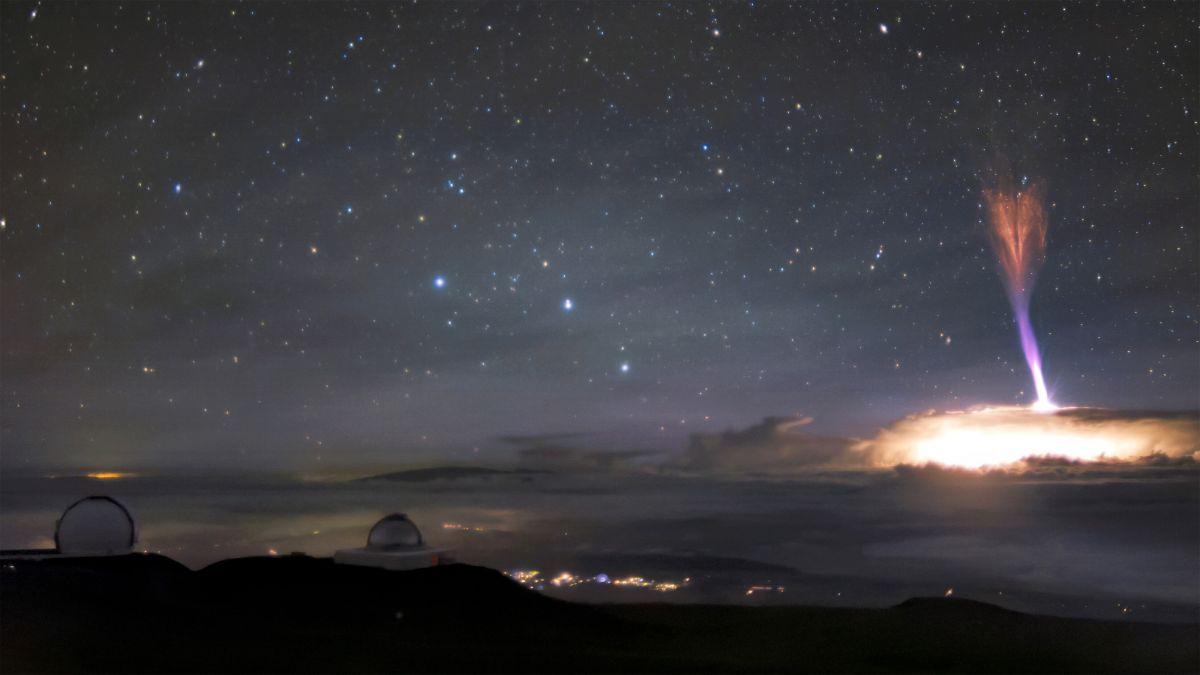 عفريتُ البرق الأحمر النادر، والنفاث الأزرق، يخلقان عَرْضًا ضوئيًا استثنائيًا فوق هاواي