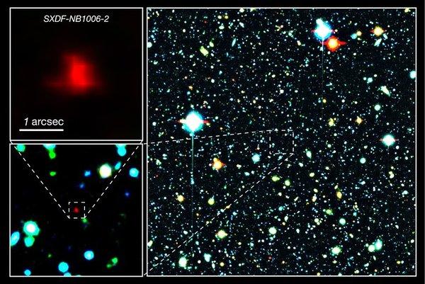 المجرة الحمراء في وسط الصورة الرئيسية هي المجرة البعيدة SXDF-NB1006-2. وعلى اليسار بعض اللقطات المقرّبة لها. مصدر الصورة: NAOJ