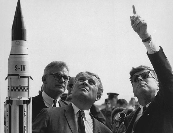 فيرنر فون براون مع الرئيس الأمريكي جون كينيدي. حقوق الصورة: NASA