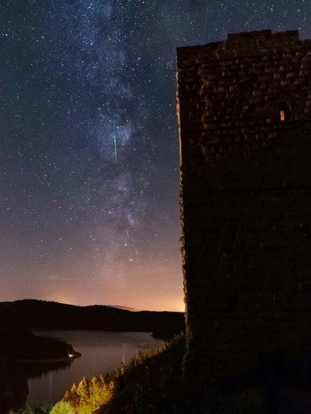 صورةٌ لزخات شهب البرشاويات Perseid فوق شرق فرنسا. حيث يجذب هذا الحدث الكثير من المشاهدين.