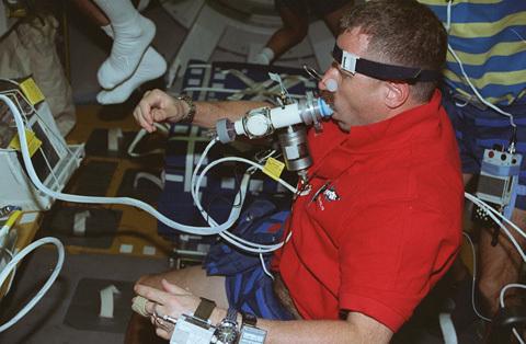 ديف وليامز أثناء أبحاث طبية خلال الرحلة STS-90 (مختبر Neurolab). المصدر: ناسا