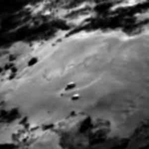 صورة منطقة إمحوتب على سطح المذنب 67P/C-G بتاريخ 3 يونيو/حزيران 2015.  المصدر: ESA/Rosetta/MPS for OSIRIS Team MPS/UPD/LAM/IAA/SSO/INTA/UPM/DASP/IDA