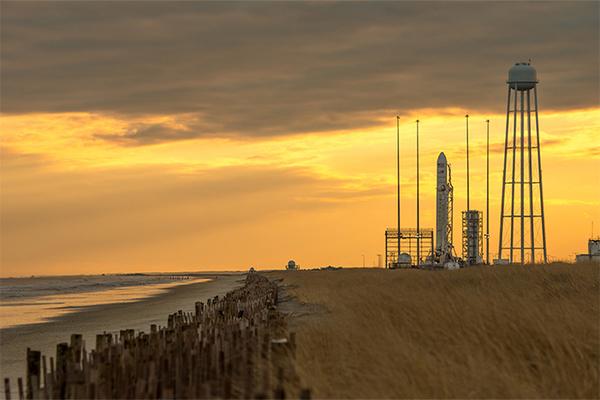تم بناء الشواطئ والكثبان الرملية بجانب منشآت الإطلاق في جزيرة والوبس، في ولاية فيرجينيا، ولكنها انجرفت وتراجعت. وقد تم بناؤها عدة مرات أخرى خلال العقد الماضي.  المصدر: NASA/Bill Ingalls