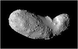 (الكويكب إيتوكاوا، أبعاده 540 م ×270م×210 م). التُقطت هذه الصورة من مسافة تبعد 8 كيلومترات عن إيتوكاوا