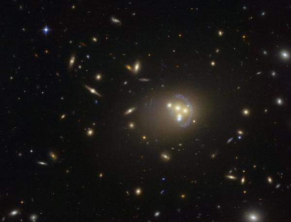 ليس هناك سبب يدعو إلى عدم خضوع المادة المظلمة إلى القوى التي تخضع لها المادة العادية. ففي هذا العنقود المجري أبل 3827(Abell 3827)، رُصدت المادة المظلمة وهي تتفاعل مع نفسها خلال اصطدام المجرات. المصدر: ESO