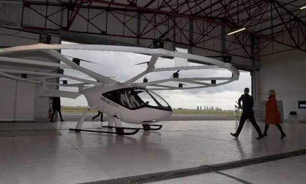 يستطيع التاكسي الجوي المسير (Volocopter) حمل راكبين مع حقيبة يد.
