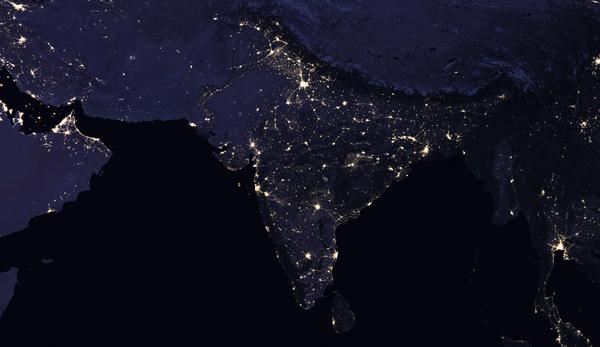 تبين المقارنة (قبل وبعد) مشاهدَ ليلية مركبة للهند والمناطق المحيطة في 2012 (اليسار) و2016 (اليمين). الحقوق:NASA Earth Observatory images by Joshua Stevens, using Suomi NPP VIIRS data from Miguel Román, NASA's Goddard Space Flight Center
