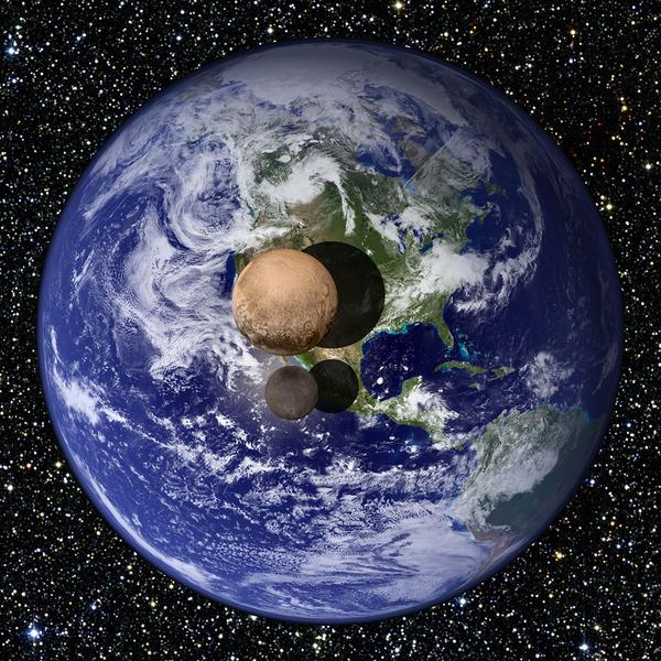 يظهر في هذه الصورة مشهد تخيلي لما قد يبدو عليه بلوتو وقمره شارون لو وُضِعا على مسافة قليلة جداً من سطح الأرض وشُوهدا من مسافة بعيدة. هذا وتُشير آخر القياسات التي حصلت عليها نيو هورايزنز إلى أن قُطر بلوتو يبلغ 2,370 كم أي ما يُعادل 18.5% من قُطر الأرض، بينما يبلغ قُطر شارون حوالي 1,208 كم، أي ما نسبته 9.5% من قُطر كوكبنا