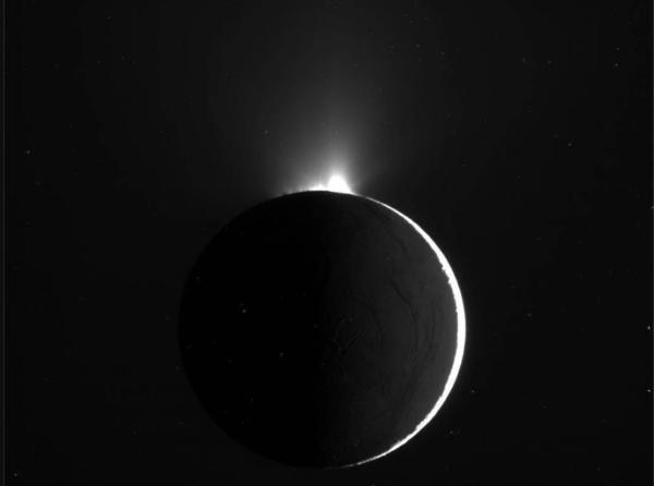 حلقت المركبة الفضائية كاسيني للمرة الأولى عبر اندفاعات قمر زحل إنسيلادوس المائية في شهر تشرين الثاني/ نوفمبر عام 2009، لتلتقط هذه الصورة في طريقها. حالياً، تشير بيانات جديدة إلى إمكانية احتواء هذه الاندفاعات على جزيئاتٍمن مركباتٍ عضوية معقدة ذات أساس كربوني. حقوق الصورة: NASA/JPL/Space Science Institute