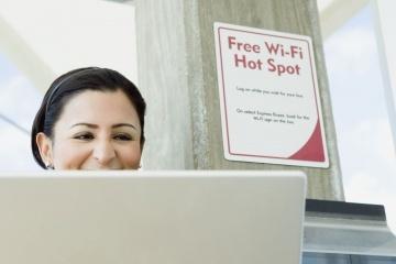 العديد من الأماكن العامة كالمطاعم والمحلات تقدم خدمة الواي فاي كخدمةٍ مجانيةٍ لزبائنها. حقوق الصورة: ستيف هيكس/سوموزإيماجز/كوربيز Steve Hix/Somos Images/CORBIS)