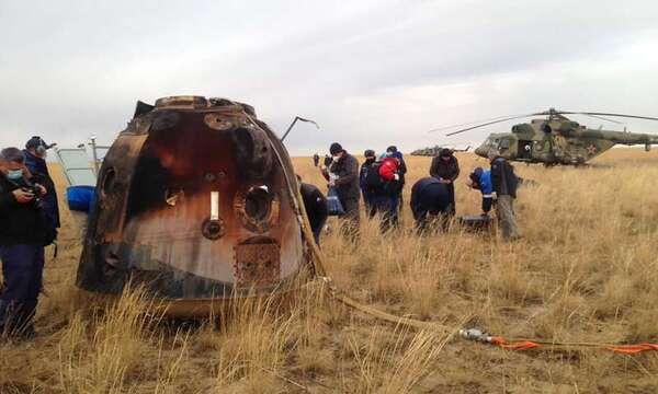 في هذه الصورة التي نشرتها وكالة الفضاء الروسية روسكوزموس، يعمل فريق الإنقاذ الروسي بالقرب من كبسولة سويوز إم إس 16 بالقرب من بلدة جيزكازجان، كازاخستان، يوم الخميس، 22 أكتوبر/تشرين الأول، 2020. حقوق الصورة: Rosaviatsiya via AP