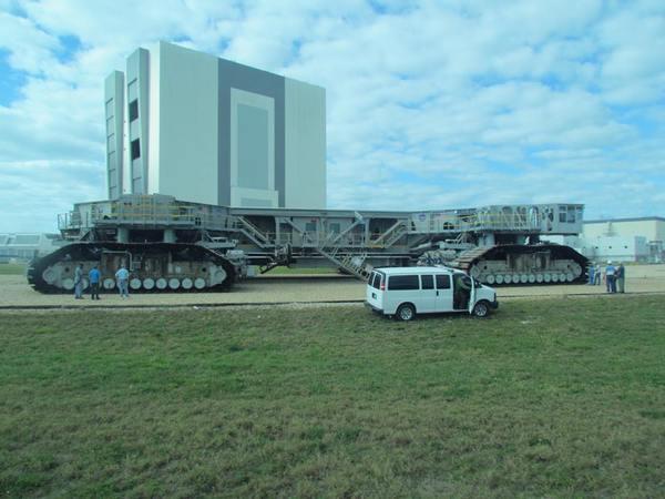 آلية النقل المُجنزرة التي تحمل المركبات الفضائية محملةً على صواريخها إلى منصات الإقلاع