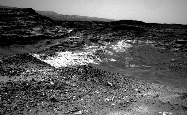 يُظهر النتوء المريخي مثالاً على تلامس جيولوجي، حيث تلتقي الصخور الفاتحة والداكنة التي تغطيها قريبةً من منتصف الصورة