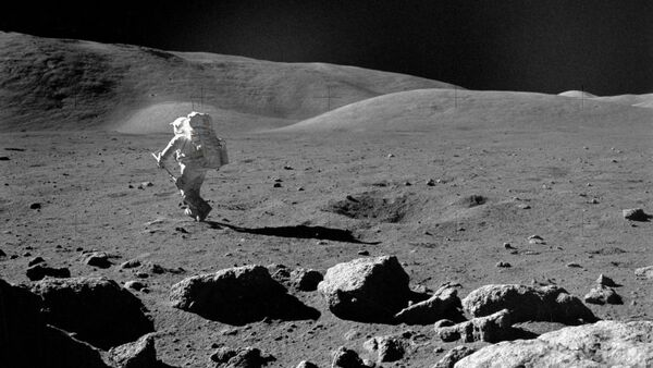 تظهر هذه الصورة الملتقطة في 1972 العالم ورائد الفضاء هاريسون شميت Harrison H. Schmitt، طيار الوحدة القمرية بأبولو 17، وهو يستكشف القمر بواسطة مغرفة أخذ العينات القابلة للتعديل. (حقوق الصورة: NASA/JSC)