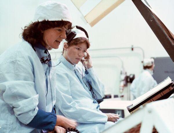 سالي رايد (يسار) أثناء مشاركتها في اختبار تسلسل المهمة استعداداً لمهمة STS-7، في مرفق المعالجة الرأسية التابع لمركز كينيدي للفضاء، في 5 مايو/أيار 1983. حقوق الصورة: ناسا
