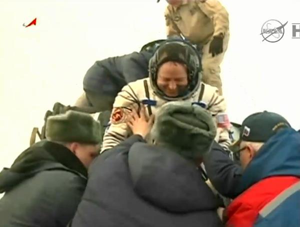 قائد البعثة 42 باري ويلمور (Barry Wilmore) من ناسا يشق طريقه للخروج من مركبة سويوز بعد المهمة التي قضاها طاقم البعثة على متن محطة الفضاء الدولية. والتي استمرت 167 يومًا Credits: NASA