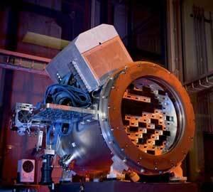 نموذج أوّلي لكاميرا الطاقة المظلمة. تحمل الحلقة الأماميّة والتي يبلغ قطرها 45 سم الكاشفات. المصدر: Fermilab