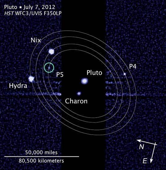 """وكالة الفضاء الأمريكية (ناسا)، وكالة الفضاء الأوروبية (إيسا)، مارك شوالتر (معهد البحث عن كائنات ذكية خارج الأرض """"سيتي"""") و إل. فراتر (معهد علوم تلسكوب الفضاء) قمرٌ خامسٌ لبلوتو تُظهر هذه الصورة التي التقطتها الكاميرا واسعة النطاق 3 على متن تلسكوب هابل الفضائي في 7 يوليو/تموز 2012، قمر بلوتو الخامس المُكتشَف حديثاً. هذا وقد تم إطلاق الإسم (Kerberos) على القمر P4، بينما حصل القمر P5 على الإسم (Styx)."""