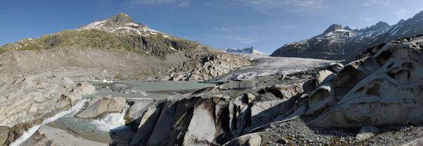 تُظهر الصورة نهر رون، حيث معظم الكتل الجليدية التي كانت موجودة هنا قبل سبع سنوات تعرضت للذوبان. Credit: Simon Oberli