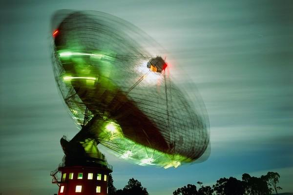 تلتقط صفيفة باركس إشارات خافتة قادمة من نجوم نابضة بعيدة. المصدر: David Nunuk/Science Photo Library