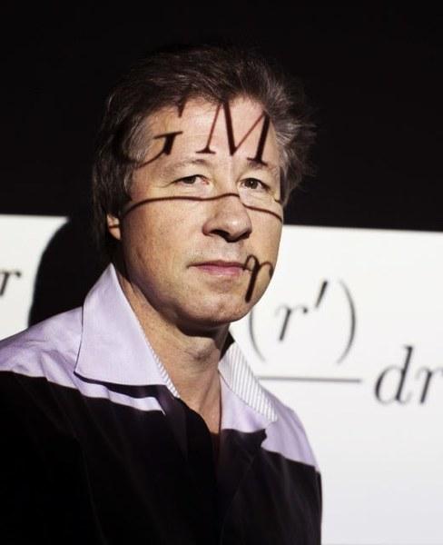 في ورقةٍ علمية جديدة، يشرح إريك فيرليند Erik Verlinde من جامعة أمستردام احتمالية أن تكون المادة المظلمة وهما ناتجا عن النشوء الهولوغرامي للزمكان من التشابك الكمومي. حقوق الصورة: ILVY NJIOKIKTJIEN FOR QUANTA MAGAZINE