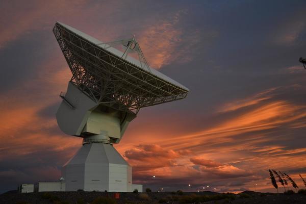 محطة تتبع الفضاء السحيق -35متر- في نيو نوركيا استراليا، تمت مشاهدتها خلال غروب الشمس في 11 نوفمبر 2014.