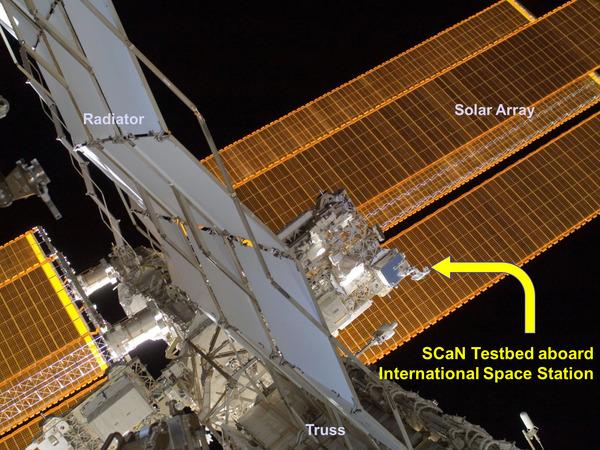 تُظهر الصورة حمولة اختبار SCaN على متن محطة الفضاء الدولية. في نيسان/أبريل 2013، بدأ اختبار SCaN بإجراء التجارب بعد اكتمال عمليات الفحص والجاهزية. المصدر: NASA