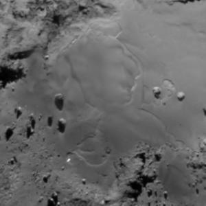صورة منطقة إمحوتب على سطح المذنب 67P/C-G بتاريخ 11 يوليو/تموز 2015.  المصدر: ESA/Rosetta/MPS for OSIRIS Team MPS/UPD/LAM/IAA/SSO/INTA/UPM/DASP/IDA