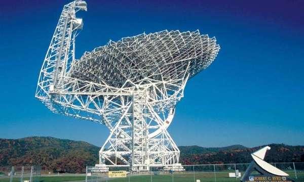 كشفت بيانات من تلسكوب روبرت سي بيرد في غرين بانك الذي يبلغ قطره 100 متر عن إشارة تنبئ عن وجود نجم نابض غير معروف، حيث أنه يمتلك أكبر مدار حول نجمه النيوتروني المصاحب. المصدر: NRAO/AUI/NSF.