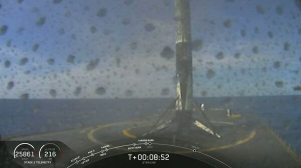 المُعزِّز المخضرم لصاروخ فالكون9 التابع لسبيس إكس خلال هبوطه الرابع بعد إطلاق 60 قمراً صناعياًّ من نوع ستارلينك من مدينة كيب كانافيرال، في ولاية فلوريدا في 22 نيسان/أبريل 2020. (حقوق الصورة: SpaceX).