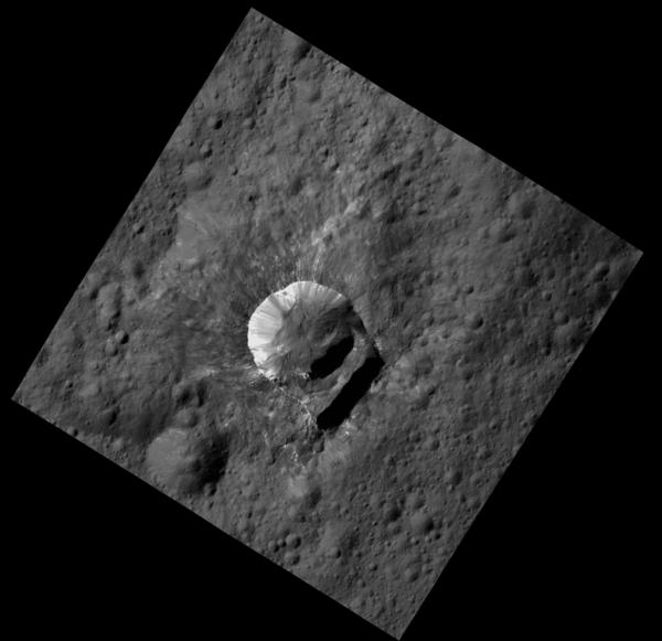 أوكسو مميزة بسبب الانهيارات الكبيرة نسبياً في حافة فوهتها. مصدر الصورة: NASA/JPL-Caltech/UCLA/MPS/DLR/IDA/PSI