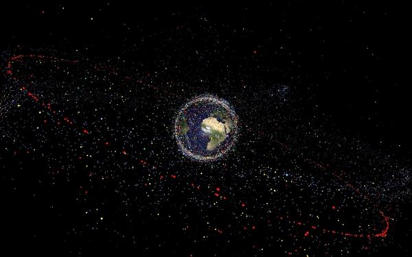 نتجت جميع الأجسام الفضائية المصنوعة من قِبَل الإنسان عن 5000 عملية إطلاق تقريباً منذ بداية عصر الفضاء، وحوالي 65٪ من الأجسام المُصنفة تنشأ من عمليات التشظي في المدار -أكثر من 240 انفجارًا- بالإضافة لـ 10 اصطدامات معروفة. يُقدر العلماء كمية الحطام الفضائي في المدار بـ 29 ألف جسم أكبر من 10 سم، و670 ألف جسم أكبر من 1 سم، وأكثر من 170 مليون جسم أكبر من 1 مم. يُمكن أن تتسبب هذه الأجسام بضرر لأي قمر صناعي قيد التشغيل. على سبيل المثال، فإن الاصطدام بجسمٍ بحجم 10 سم قد يؤدي لكسرٍ كارثي لقمر صناعي نموذجي حيث يمكن لجسمٍ بحجم 1 سم أن يعطّل المركبات الفضائية وأن يخرق دروع محطة الفضاء الدولية، وقد يدمر جسمٌ بحجم 1 مم النظم الفرعية؛ ويتفق العلماء عموماً أن تصادماً بنسبة طاقة إلى كتلة تزيد عن 40 J/g سيشكل كارثةً بالنسبة للأقمار الصناعية النموذجية.