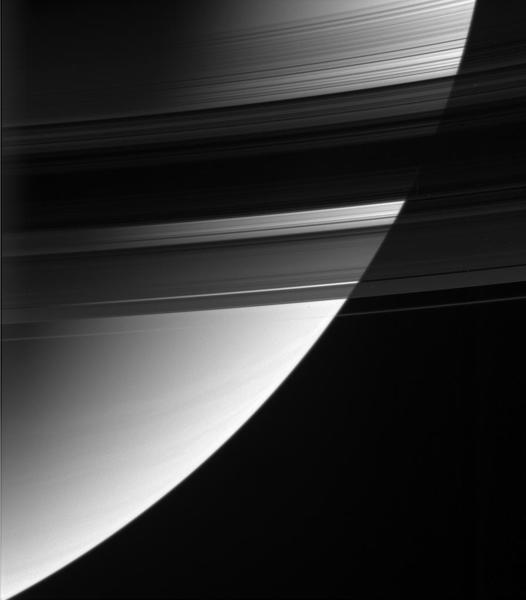 بعض أجزاء الحلقة B أقل نفاذية للضوء بعشر مرات من الحلقة A، لكن كتلة الحلقة B تفوق وزن الحلقة A بنحو الضعفين أو ثلاثة أضعافٍ فقط. حقوق الصورة: NASA/JPL-Caltech/Space Science Institute