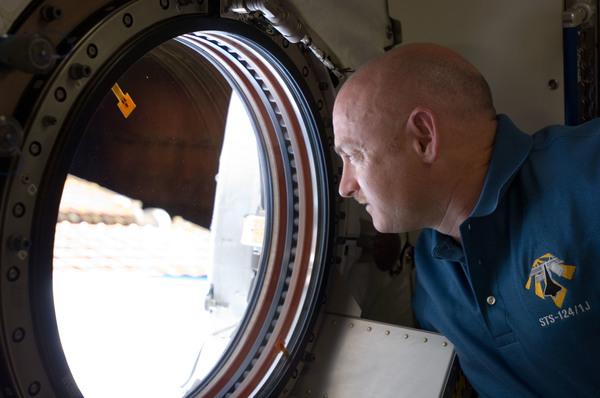 رائد الفضاء مارك كيلي قائد الرحلة sts-124، ينظر إلى الأرض من نافذة رصد الأرض في النموذج التجريبي الياباني من محطة الفضاء الدولية خلال مهمته في العام 2008 مصدر الصورة: ناسا
