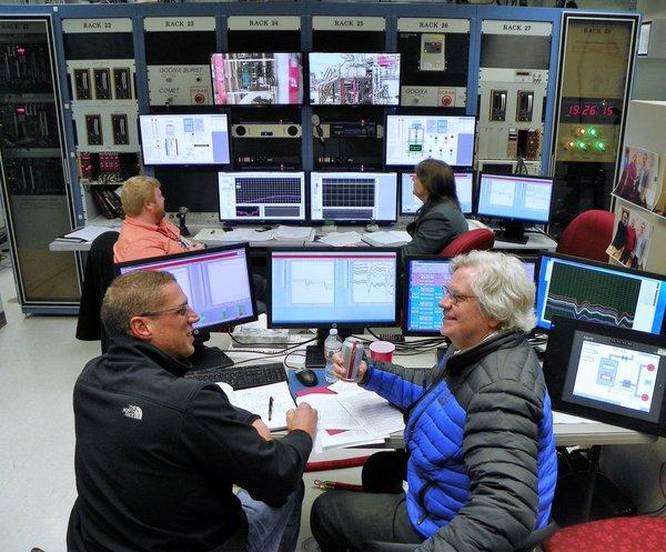 صورة لغرفة التحكم بمفاعل كيلوواط باستخدام تكنولوجيا ستيرلينغ في أثناء تشغيله بالطاقة الكاملة. يظهر في الصورة مارك جيبسون (GRC / NASA) وديفيد بوستون (LANL / NNSA) في المقدمة، فضلا عن جوردي ماكنزي (LANL / NNSA) وجويتا جودا (LANL / NNSA) في الخلفية.
