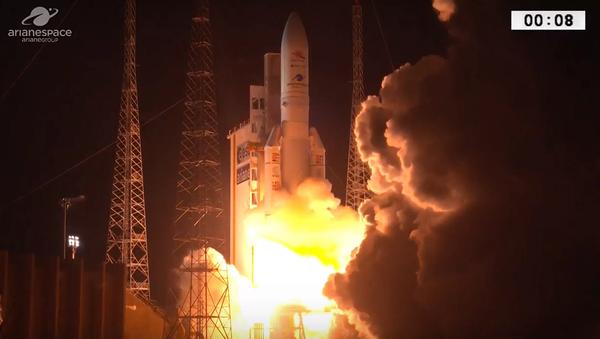 صاروخ آريان 5 التابع لشركة آريان سبيس وعلى متنه مركبة ببي كولومبوBepiColombo التابعة لوكالة الفضاء الاوربية ووكالة استكشاف الفضاء اليابانية، والذي أُطلق من مركز غويانا الفضائي في كورو في غيانا الفرنسية (الواقعة في الساحل الشمالي الشرقي في أمريكا الجنوبية) في 19 تشرين الأول/أكتوبر 2018. حقوق الصورة: Arianespace