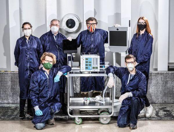 مجموعة من بين الاثني عشر مهندسا من فريق مختبر الدفع النفاث لوكالة ناسا الذي يقع في جنوب كاليفورنيا والذين تم تكليفهم بصنع نموذج جهاز تنفس اصطناعي مخصص لمرضى كوفيد-19. (حقوق الصورة: Image credit: NASA/JPL-Caltech)