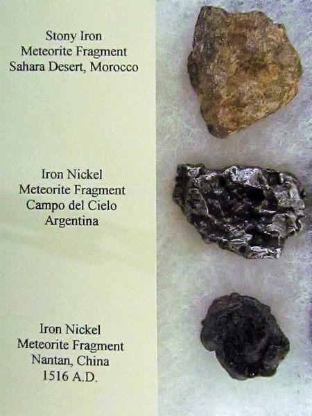 أجزاء من المذنبات مختلفة الأحجام والأنواع المعروضة للبيع، ويظهر في الصورة نوع معدن المذنب والبلد التي وجد فيه