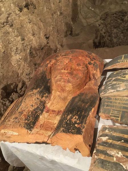 سارية خشبية ملونة وجدت داخل أحد القبور حقوق الصورة: وزارة الآثار المصرية