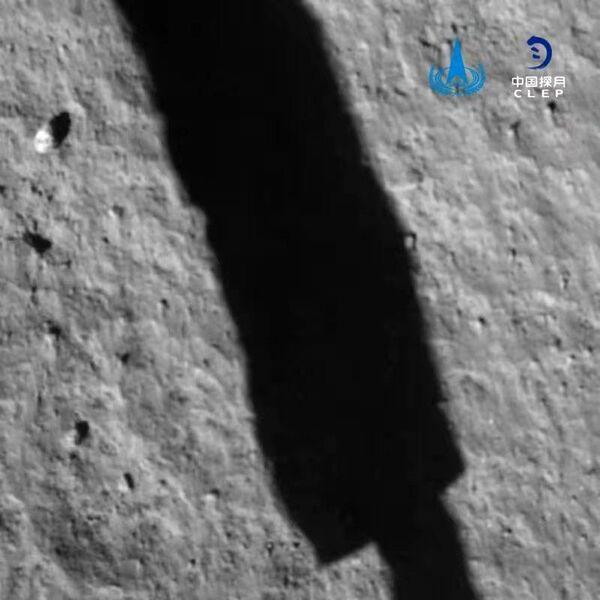 التقطت هذه الصورة لسطح القمر بواسطة كاميرا مركبة الهبوط الخاصة بمهمة تشانغ آه 5 بعد فترة قصيرة من هبوطها في 1 ديسمبر 2020 في منطقة محيط العواصف. يمكن رؤية ظلّ إحدى أرجل المركبة. حقوق الصورة: China National Space Administration/CLEP