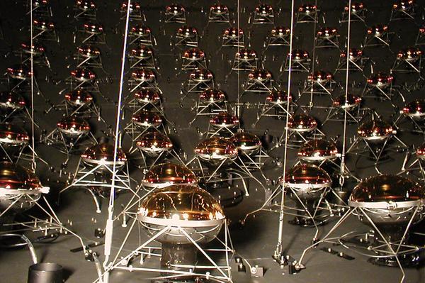 يبلغ قطر خزان زيت تجربة ميني بون 12 مترًا ويحتوي على 1520 جهاز استشعار مصفوف. المصدر: Ryan Patterson / Princeton / Fermilab