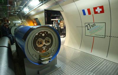 نموذج عن مصادم الهادرونات الكبير في مركز الزوار التابع لسيرن في جنيف. حقوق الصورة : Johannes Simon/Getty Images