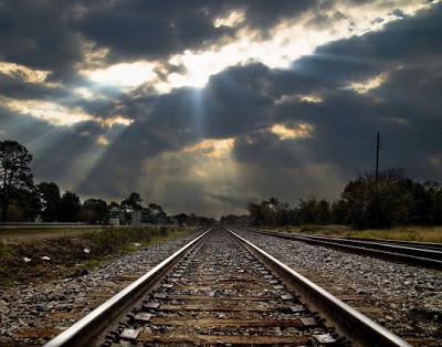 إذا كان خطّا سكة القطار يلتقيان فعليًا عند نقطةٍ واحدةٍ كما هو ظاهر، فسيقع أحدهم في متاعبَ جمّةٍ