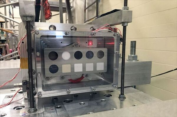 جهاز المعايرة على الأداة SHERLOC التي تشمل عيّناتٍ لمواد بدلة الفضاء في مركز جونسون الفضائي التابع لوكالة ناسا في هيوستن بتكساس. حقوق الصورة: NACA